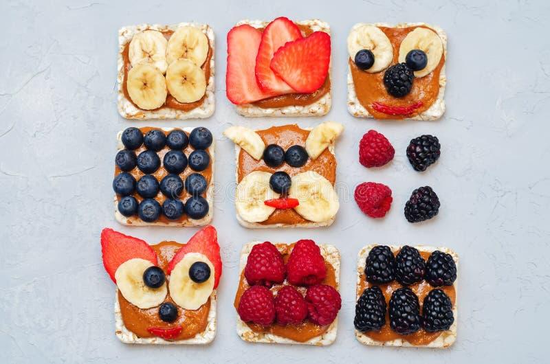 Variation av sunda bröd för havre för frukosten för jordnötsmör med är royaltyfri foto