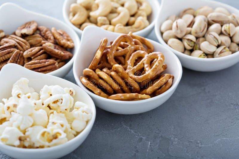 Variation av sunda mellanmål i vita bunkar arkivfoton