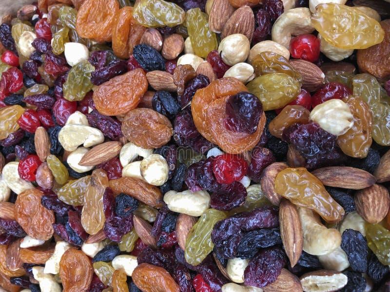 Variation av torkade frukter och muttrar som en bakgrund arkivfoto