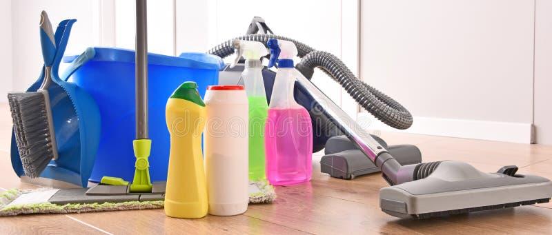 Variation av tvättmedelflaskor och kemiska lokalvårdtillförsel royaltyfri foto