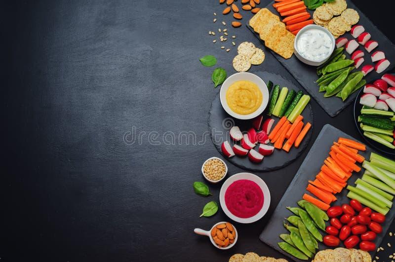 Variation des casse-croûte sains de vegan Légumes, biscuits, immersion et photos stock