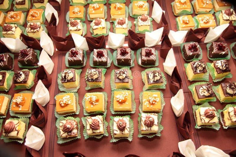 Variationer av kakaefterrätter som sköter om sötsaker arkivbild