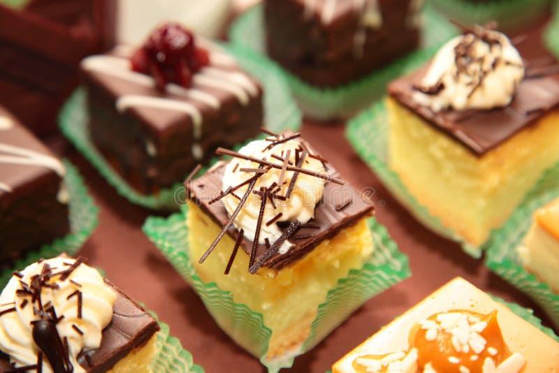 Variationer av kakaefterrätter som sköter om sötsaker royaltyfri bild