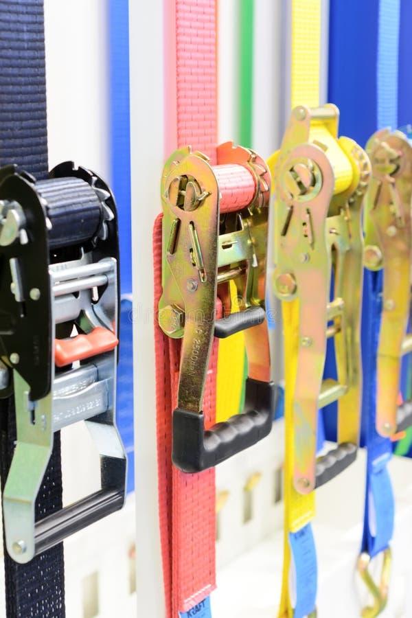 Variationer storleksanpassar, och typ av spärrhjulen binder ner eller najning arkivbilder