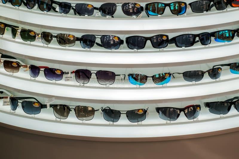 Variationsdesignen av solglasögon, förläggas på hyllor arkivfoton