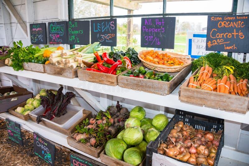 Variationsgrönsaker som är till salu i gammal lantgårdvägrenställning royaltyfria foton