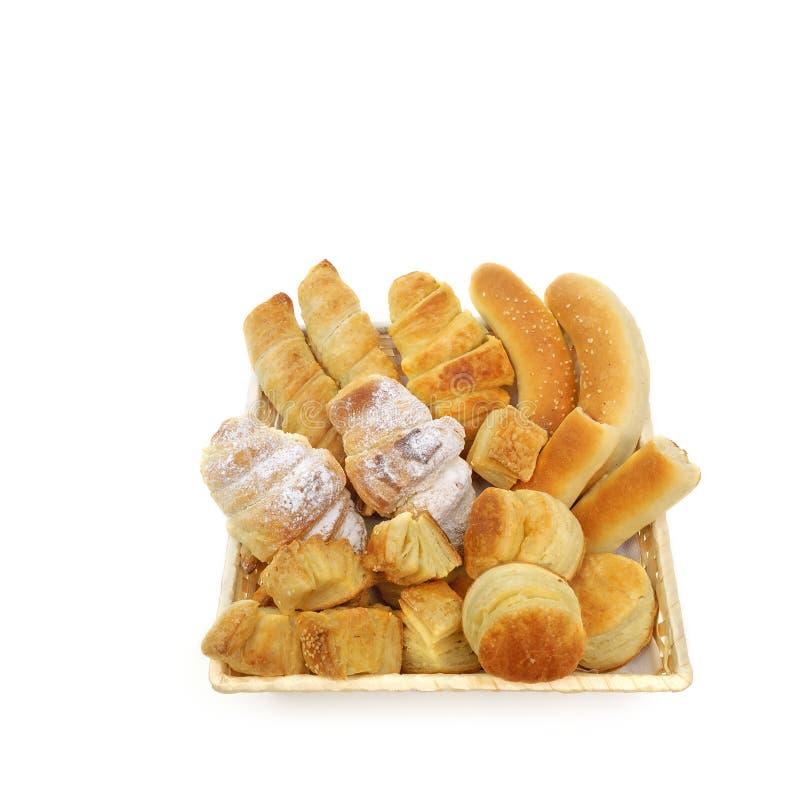 Variationssortiment av bakade bakelseprodukter i en gnäggande eller en brödkorg arkivbild