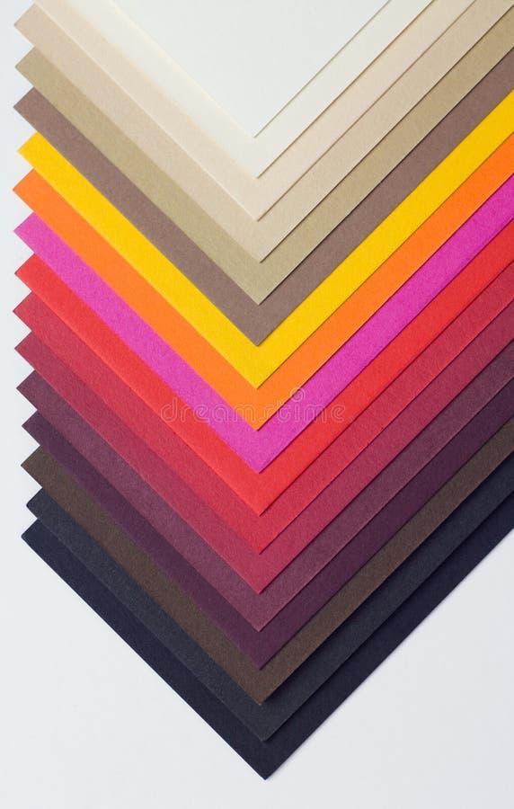 A varicoloured ontwerperkarton langs wordt ontbonden royalty-vrije stock afbeeldingen