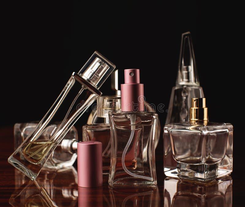 Varie bottiglie del profumo della donna immagine stock