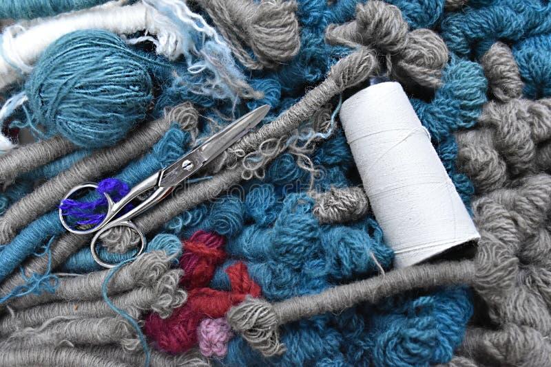 Varie bugne e forbici della lana di colori immagini stock libere da diritti