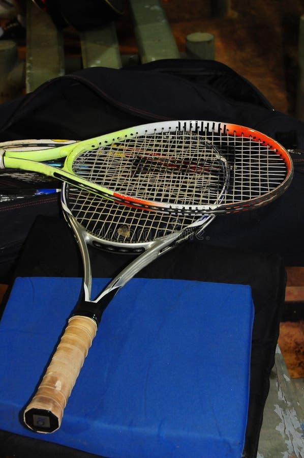 Varie les raquettes de tennis usées et usées image stock