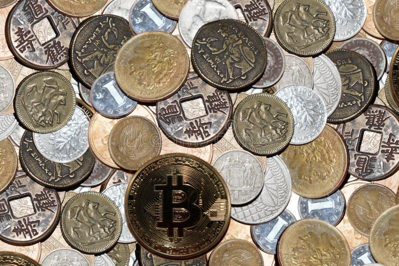 Varie monete accatastate con il cryptocurrency del bitcoin immagine stock
