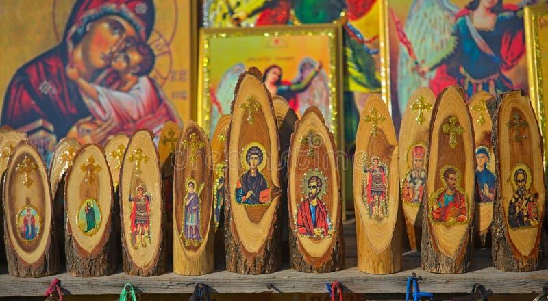 Varie sculture ed icone di legno cristiane ortodosse su esposizione al mercato da vendere fotografia stock