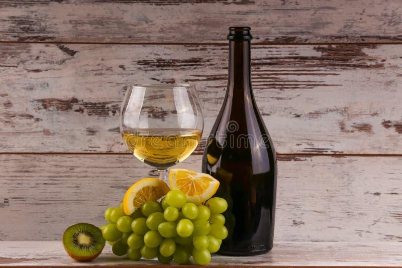 Varie specie di vino, dell'uva e di due vetri del vino bianco fotografia stock libera da diritti