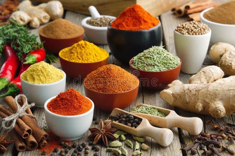 Varie spezie e erbe colorate aromatiche Ingredienti per la cottura, trattamenti ayurveda immagini stock