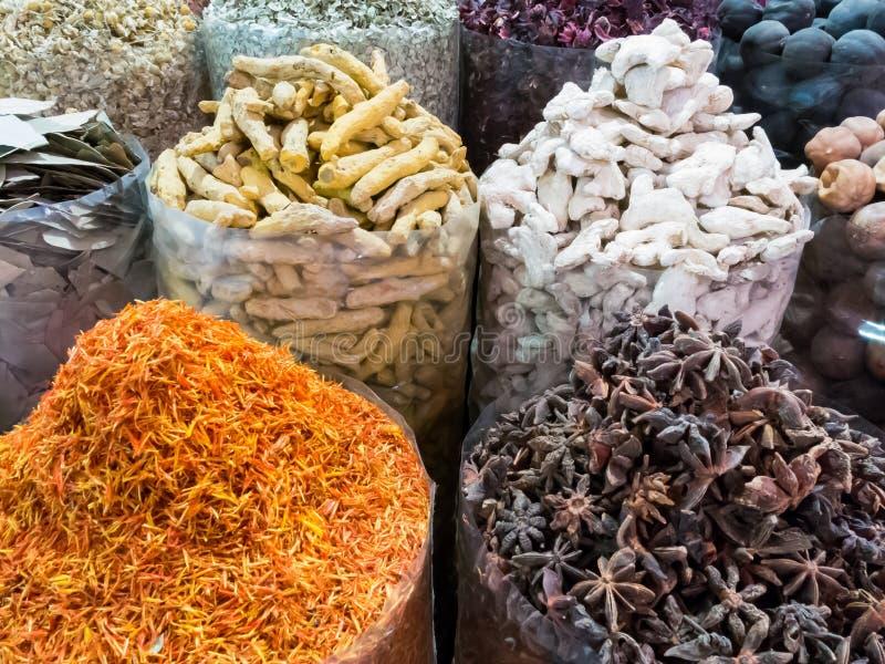 Varie spezie in spezia Souq del Dubai fotografia stock libera da diritti