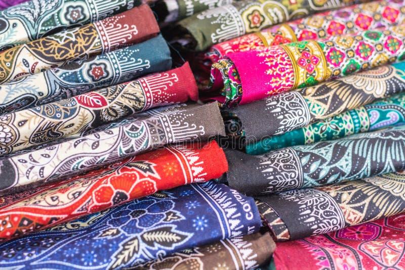 varie tecniche di tessitura, fine su dei rotoli stampati variopinti o fotografia stock libera da diritti