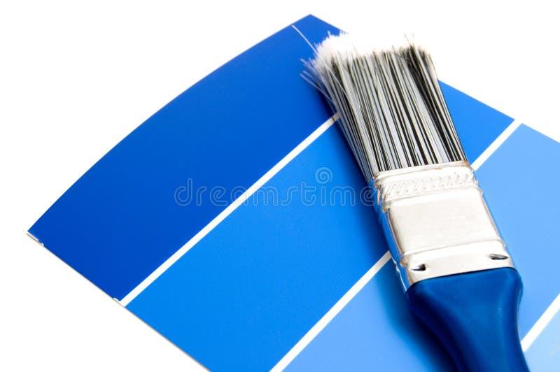 Varie tinte dei campioni blu della pittura con la spazzola fotografia stock libera da diritti