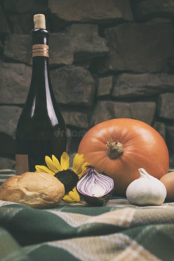 Varie verdure fresche dell'azienda agricola sulla tavola e sulla tovaglia di legno con il fondo della parete di pietra nello scur immagini stock