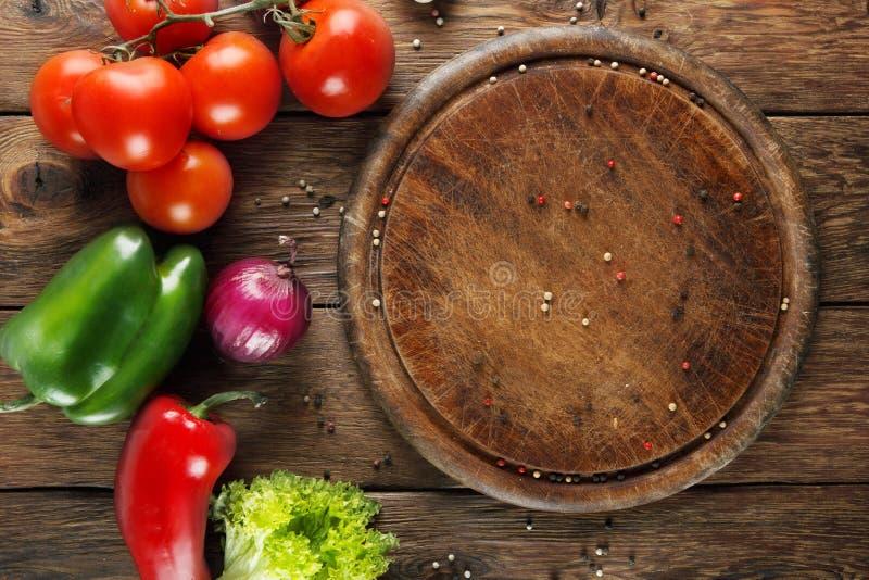 Varie verdure per pizza a fondo di legno fotografie stock libere da diritti