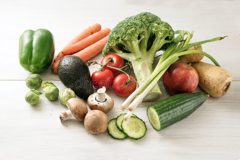 Varie verdure quali i broccoli, carote, peperoni, pastinaca r immagini stock