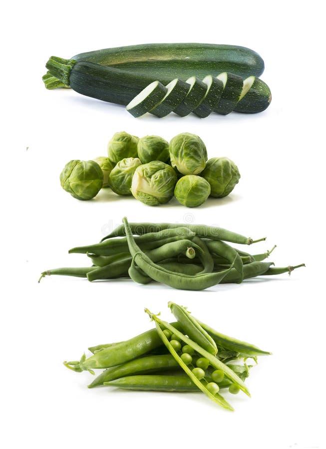 Varie verdure verdi isolate su fondo bianco Zucchini, fagiolini, cavolini di Bruxelles, piselli su bianco Le verdure è immagine stock
