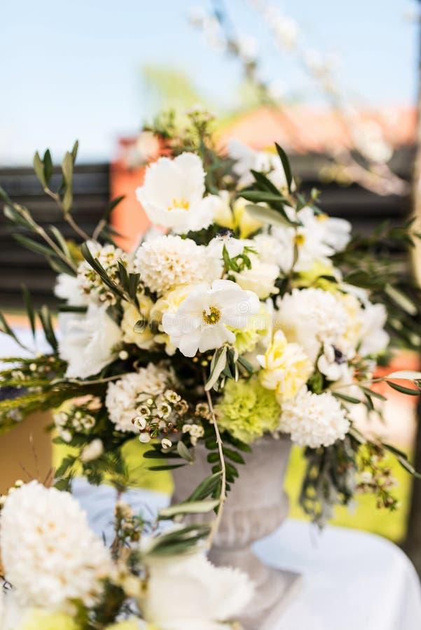 Variedad blanca y verde de flores en un ramo central grande de la tabla imagenes de archivo