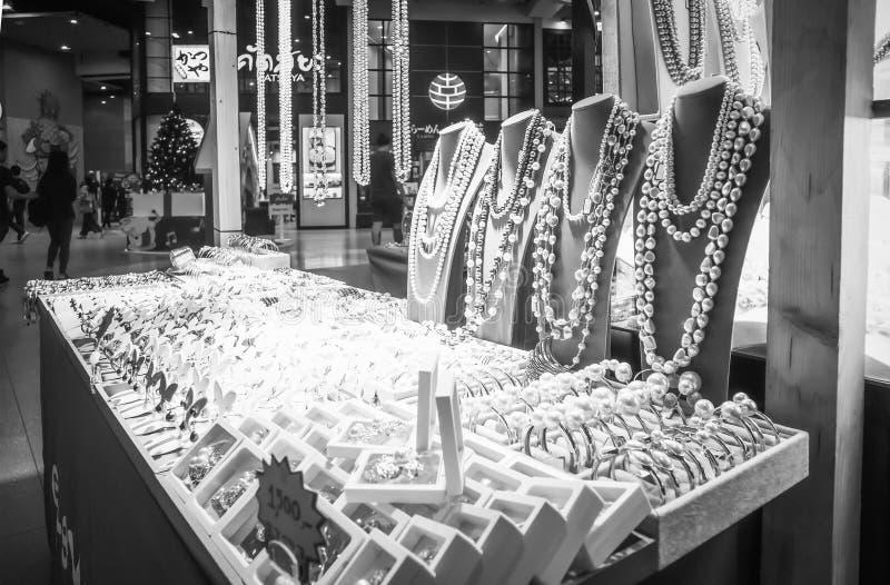 Variedad contraria de joyería de la perla en grandes almacenes de la entrada en el camino Ekamai Bangkok Tailandia de Sukhumvit imagen de archivo