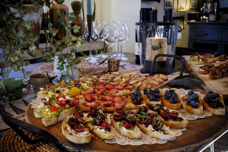 Variedad de aperitivos en una tabla imágenes de archivo libres de regalías