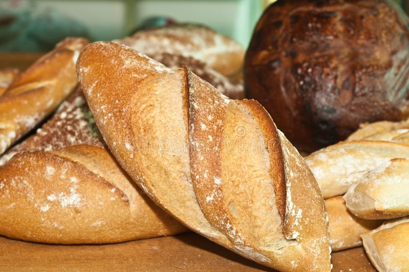 Variedad de artesano recientemente cocido de los panes fotos de archivo libres de regalías