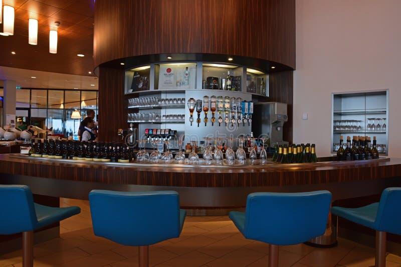 Variedad de bebidas alcohólicas como el licor duro, la cerveza y el vino en el contador de la barra fotografía de archivo libre de regalías