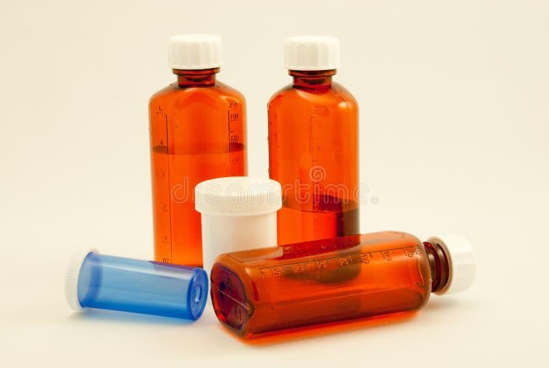 Variedad de botellas médicas imágenes de archivo libres de regalías