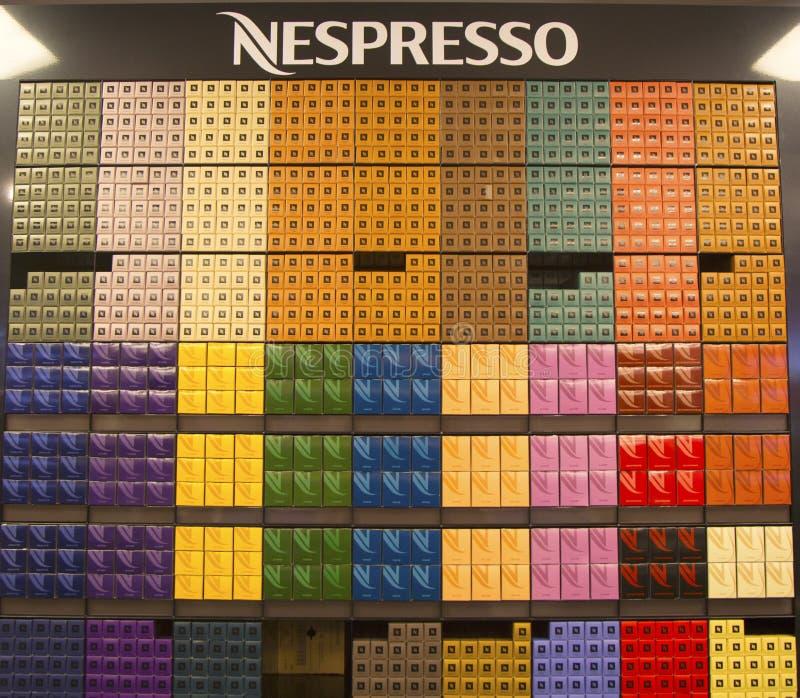 Variedad de cápsulas del café en la tienda de Nespresso imagen de archivo