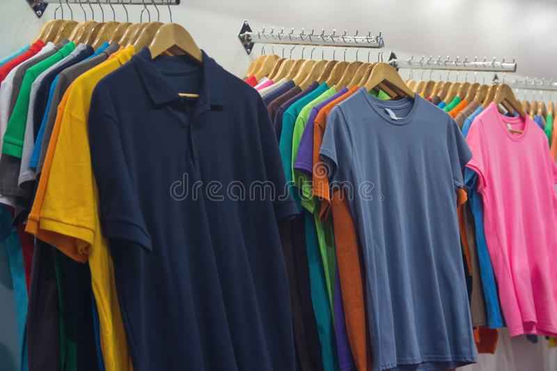 Variedad de camisetas de diversos colores imagen de archivo