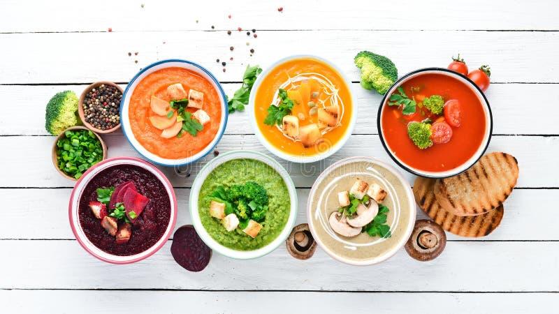 Variedad de cremas de verduras coloridas Concepto de alimentación sana o comida vegetariana Vista superior fotos de archivo libres de regalías