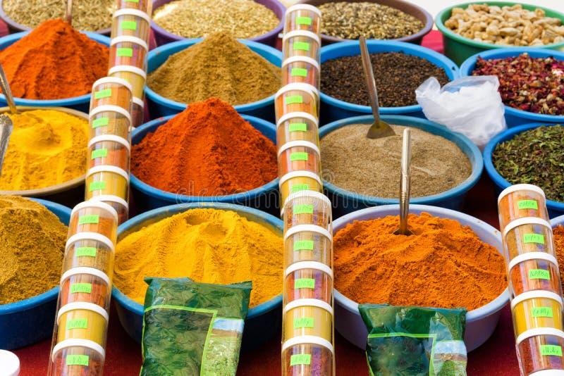 Variedad de especias en venta en el EL Souk de Houmt en Djerba, Túnez foto de archivo