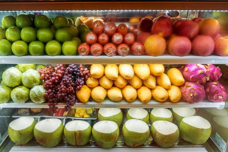 Variedad de fruta fresca en venta en el refrigerador del supermercado imágenes de archivo libres de regalías