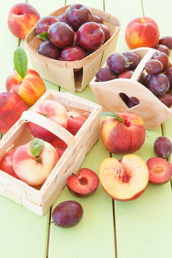 Variedad de frutas con hueso imagenes de archivo