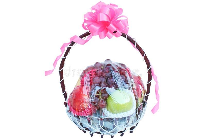 Variedad de frutas en la cesta del regalo aislada en el fondo blanco fotografía de archivo