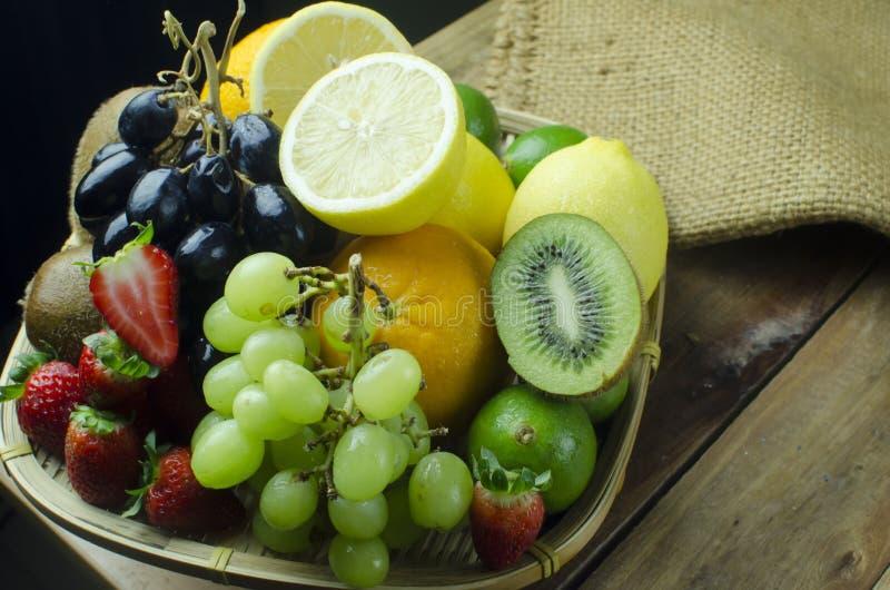 Variedad de frutas mezcladas en cesta de la bandeja fotos de archivo libres de regalías