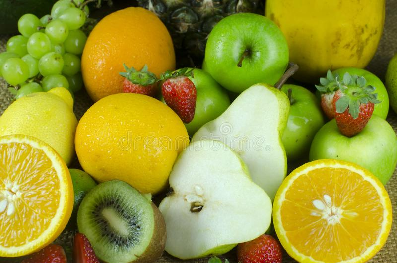 Variedad de frutas mezcladas en cesta de la bandeja fotografía de archivo libre de regalías