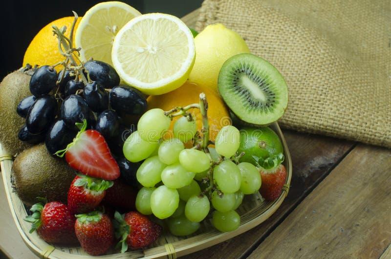 Variedad de frutas mezcladas en cesta de la bandeja fotos de archivo