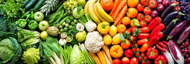 Variedad de frutas y verduras ecológicas frescas en colores arcoiris imagen de archivo libre de regalías