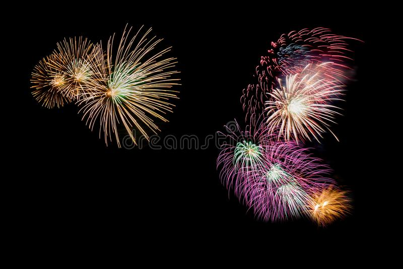 Variedad de fuegos artificiales coloridos aislados en fondo negro fotografía de archivo