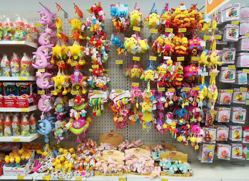 Variedad de juguetes en la tienda enorme fotografía de archivo libre de regalías