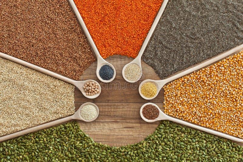 Variedad de los granos, de las semillas y de los cereales en la tabla imagenes de archivo