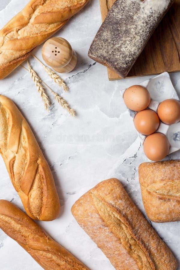 Variedad de pan en el mármol blanco foto de archivo
