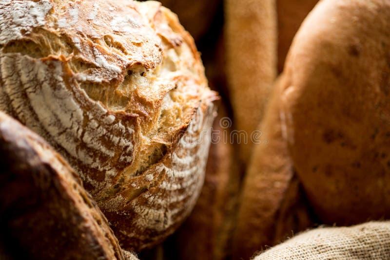Variedad de panes para la venta imagenes de archivo