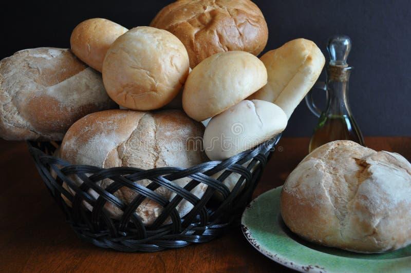 Variedad de panes y de rollos en una cesta imagen de archivo