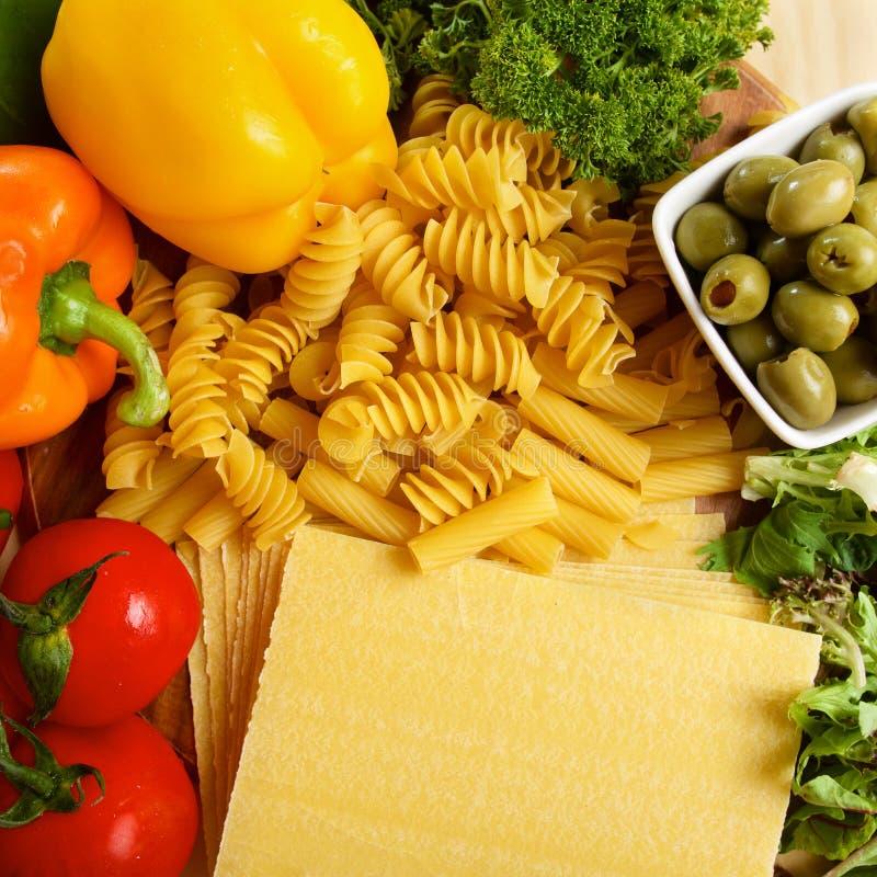 Variedad de pastas italianas uncooced en la tabla de madera imagen de archivo